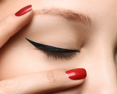 Ojo glamour Cerrado conforman cerca con forma perfecta flecha negro. Chica con la piel perfecta. Macro foto