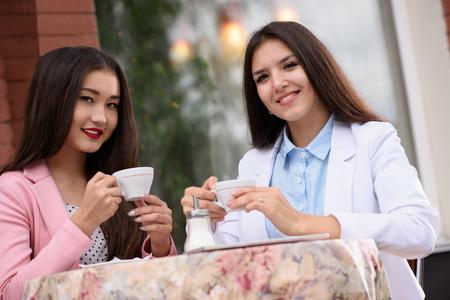 brasserie restaurant: Deux femme d'affaires asiatique en brasserie et en regardant la cam�ra.