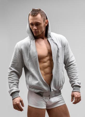 männer nackt: Athletic Man Fitness-Modell posiert in Unterwäsche und Hoodie. Lizenzfreie Bilder