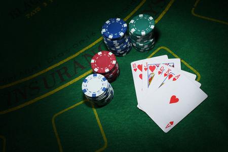 Carte e fiches per il poker sul tavolo verde, vista dall'alto Archivio Fotografico