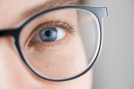 Close up shot of woman with blue eyes with glasses Imagens - 133386763