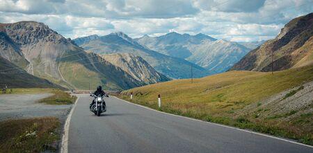 Un motociclista atraviesa el paso Stelvio. Italia