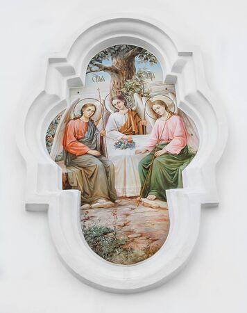 De Heilige Drie-eenheid. De bas-reliëf op de muur van de tempel van de Heilige Drie-eenheid in de stad Poltava, Oekraïne Stockfoto