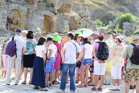 guia turistico: Gu�a de Turismo con los turistas en las ruinas