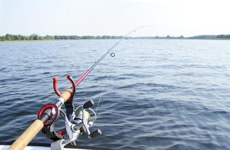 hombre pescando: Pesca de mar con Spinning, cebo. Foto de archivo