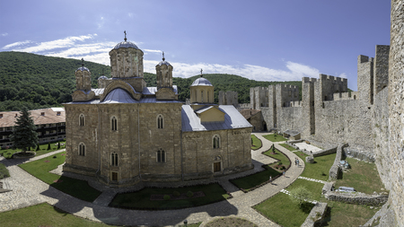 Despotovac, 세르비아 - 2017 년 7 월 2 일 : 수도원 Manasija, 거룩한 트리니티, Resava, Despotovac, 세르비아에 교회와 함께 주요 전제의 타워에서 찍은 사진 내부