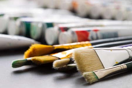 tubos fluorescentes: Pinceles para dibujar en los tubos de fondo art�stico con pintura art�stica, luz fluorescente Foto de archivo