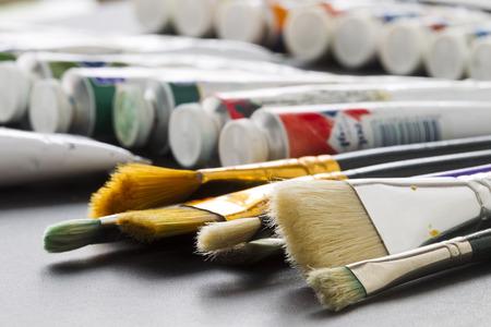 tubos fluorescentes: Pinceles para dibujar en los tubos de fondo artístico con pintura artística, luz fluorescente Foto de archivo