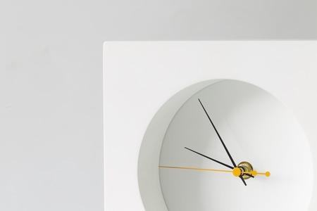 luz natural: reloj blanco sobre fondo blanco, la luz natural, el minimalismo