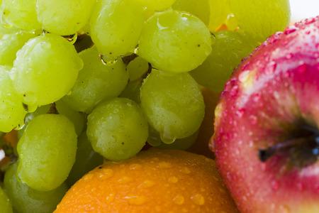 luz natural: Apple, grape, orange with water droplets, Macro, Natural Light Foto de archivo