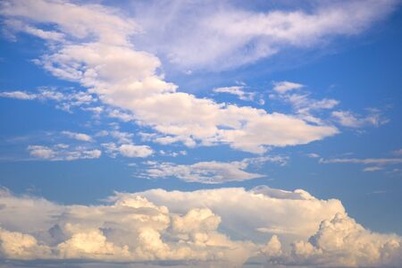 Beautiful sky with white clouds - blurred background Imagens