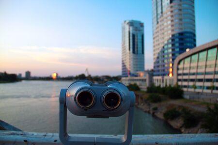 Prismáticos de observación con vistas al río y a la ciudad.
