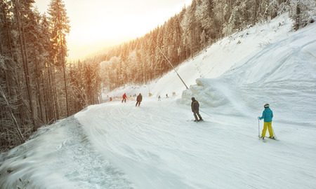 People are skiing in the mountains Banque d'images