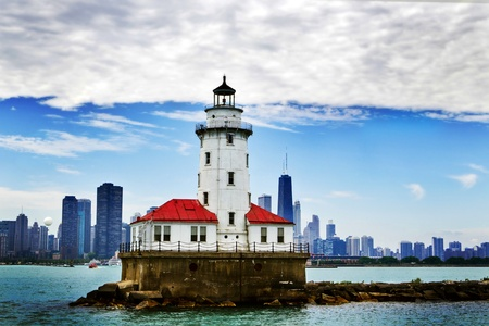 lake michigan lighthouse: Faro de Chicago con el centro de Chicago en el fondo