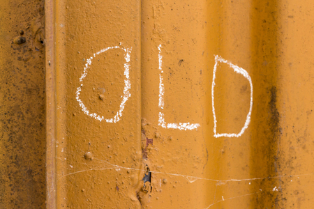 Word old handwriting with white chalk on old orange rusty metal background Stockfoto