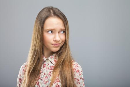 irrespeto: Chica mirando desprecio en algo