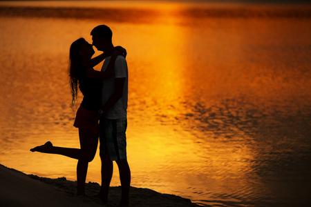 Couple au lever du soleil. Silhouette des amants
