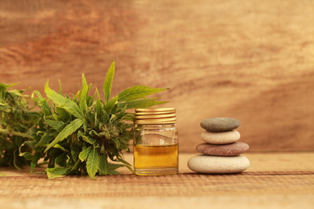 녹색 나무 테이블에 추출 기름으로 약용 대마초의 단풍. 대체 약품 스톡 콘텐츠