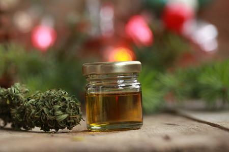 クリスマスの背景にボトルと麻の中の大麻油