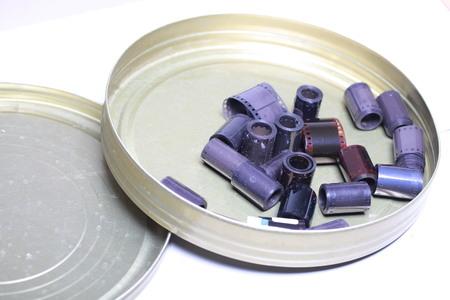 Negativi dell'archivio cinematografico in una lattina di metallo rotonda Archivio Fotografico - 93638352