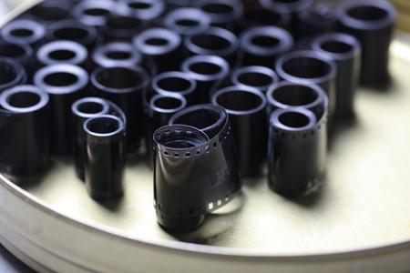 Negativi dell'archivio cinematografico in una lattina di metallo rotonda Archivio Fotografico - 93638362