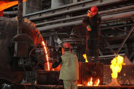 Biélorussie, Minsk, 2014. Travail dans la fonderie. Ouvrier de métal en fusion dans une usine métallurgique Éditoriale