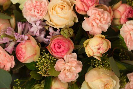 Feestelijke tafeldecoratie met bloemen op een trouwtentoonstelling Stockfoto