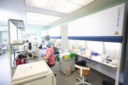 médicos de reanimación del equipo del hospital de la sala de operaciones. Bielorrusia, Minsk, 2016