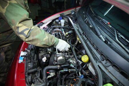 reparación de motor en un servicio de garaje de coche Editorial