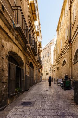 JERUSALEM, ISRAEL - April 2, 2018: On the narrow street of the old part of Jerusalem. Banco de Imagens - 111472930