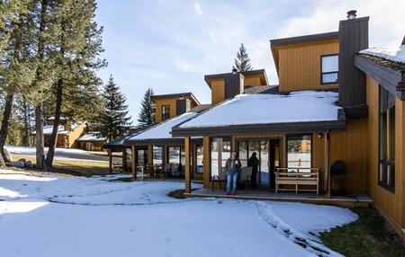 FAIRMONT HOT SPRINGS, CANADA - 18 MARZO 2019: Ville per vacanze in una piccola città situata nelle montagne rocciose British Columbia Editoriali