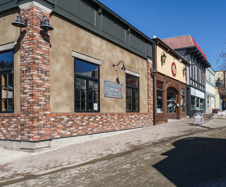 KIMBERLEY, CANADA - MARCH 19, 2019: street view and store front in small town british columbia Foto de archivo - 126694407
