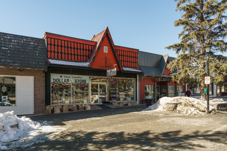 KIMBERLEY, CANADA - MARCH 19, 2019: street view and dollar store front in small town british columbia Foto de archivo - 126694408