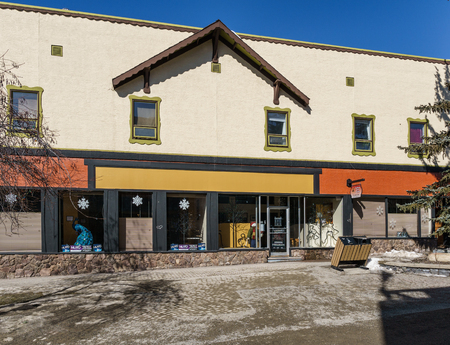 KIMBERLEY, CANADA - MARCH 19, 2019: street view and store front in small town british columbia Foto de archivo - 126694409