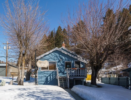 KIMBERLEY, CANADA - MARCH 19, 2019: street view and store front in small town british columbia Foto de archivo - 126694412
