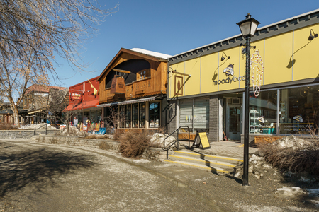 KIMBERLEY, CANADA - MARCH 19, 2019: street view and store front in small town british columbia Foto de archivo - 126694413