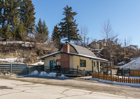 KIMBERLEY, CANADA - MARCH 19, 2019: street view and store front in small town british columbia Foto de archivo - 126694419