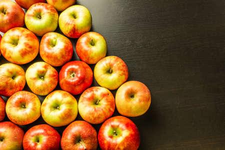 Fresh apples on a dark wooden background. 免版税图像