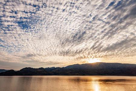 Summer landscape morning sky and okanagan lake at dusk journey or outdoor recreation 免版税图像