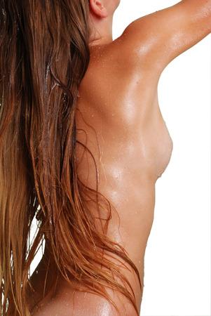 女性の肌に水の滴をシャワー