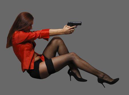 大きな黒の銃を持つ赤の女性