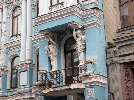 ornated: Due cariatids bianca ornata balcone della antica residenza blu, Kiev Archivio Fotografico