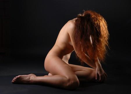 話に割り込む、彼女の足に座っている裸の女の子顔の髪の長い隠された落ちた 写真素材