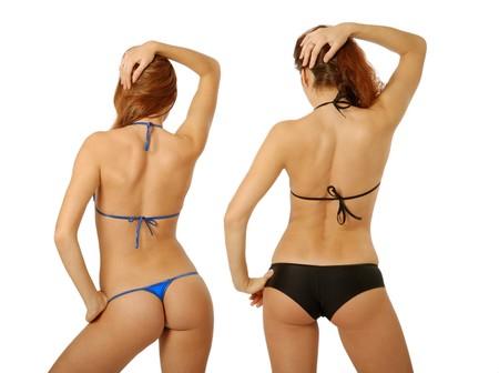 半裸体の若い女性を示す水着、左腰に手、魅惑的な逆子の水泳パンツ、右の腕は髪を手配