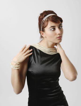 Mujer abetos en poco vestido negro con collar de perlas Foto de archivo - 4618360