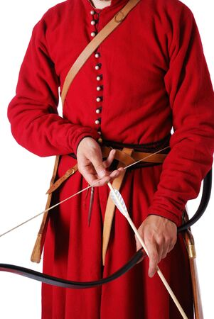 reenactor: Las manos del hombre son la celebraci�n un arco con un dardo. Re-enactor es llevar uniforme cosecha de t�rtaro guerrero del siglo XVII. �l est� vestido de caftan rojo Foto de archivo