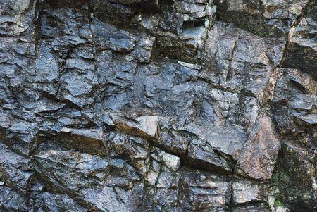 spiraglio: Splende la superficie della roccia norvegese � fotografato strettamente sotto la pioggia.