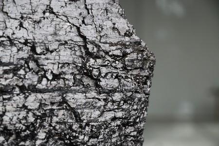 光沢のある灰色の背景をぼかしに採集された石炭塊。コピー スペースがあります。
