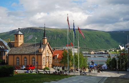 Holzkirche auf dem modernen Straße von Tromsø. Es befindet sich in sonniger Tag fotografiert. Standard-Bild - 10810987