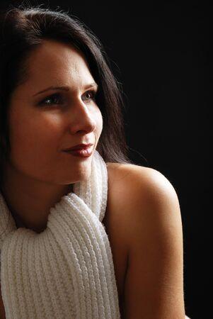edred�n: Mujer hermosa desnuda es fotografiado de cerca. El edred�n blanco est� atado en el cuello.
